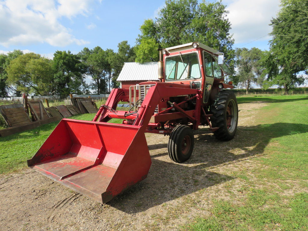 International 656 Tractor with Loader - Image 1