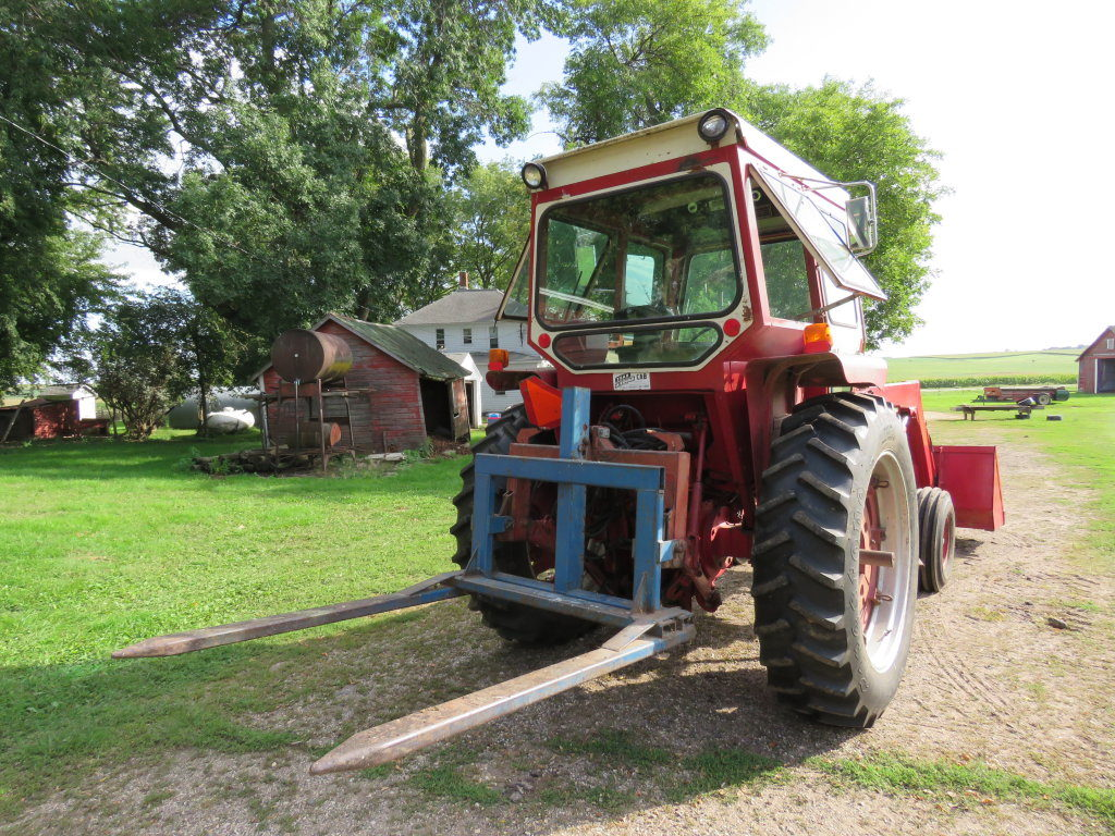 International 656 Tractor with Loader - Image 2