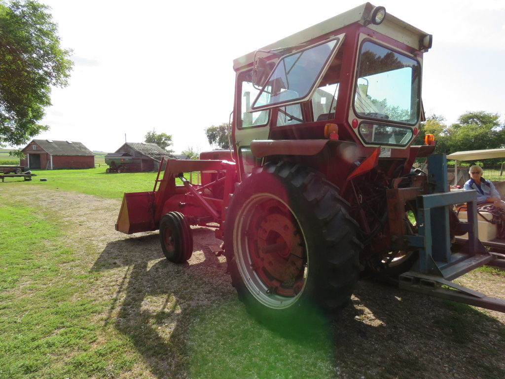 International 656 Tractor with Loader - Image 4